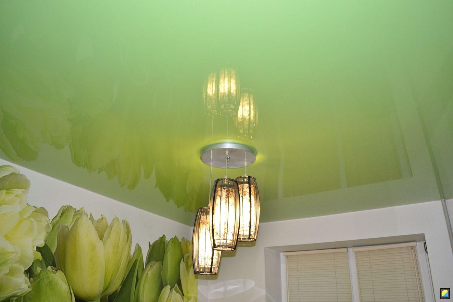 Фисташковый зеленоватый глянцевый натяжной потолок в квартире