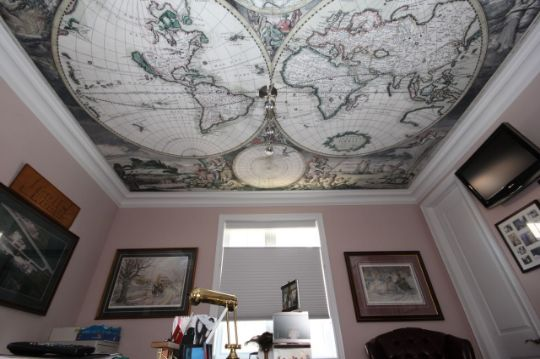 Клипсо в интерьере кабинета бизнесмена или административного служащего, старинные карты на потолках выглядят солидно