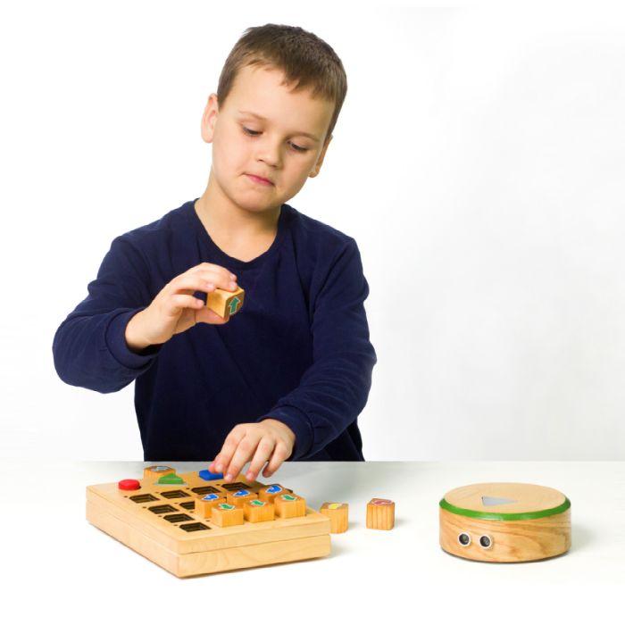 Ребёнок играет с Прокубиками