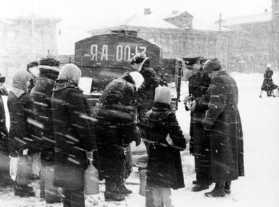 Забор проб керосина из розничной торговли (фото 1956 г.)
