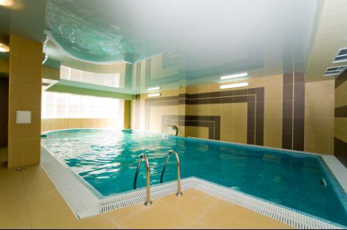 Переливной бассейн в помещении