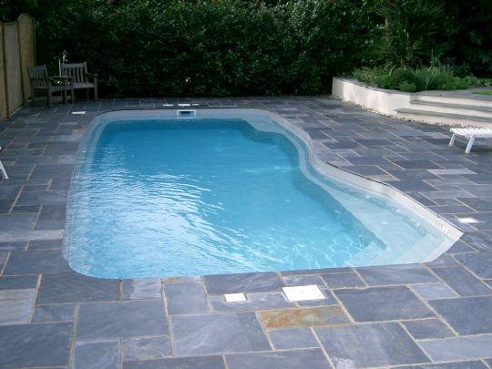 Композитный бассейн с отделкой камнем