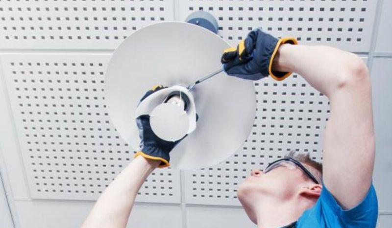услуги электрика по установке люстр и светильников