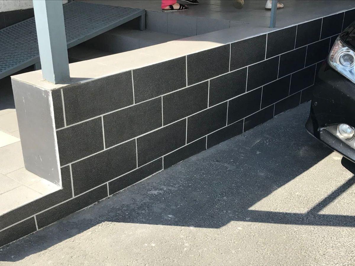 Декоративное покрытие АМК блок однотонный на цоколе дома цвет 204
