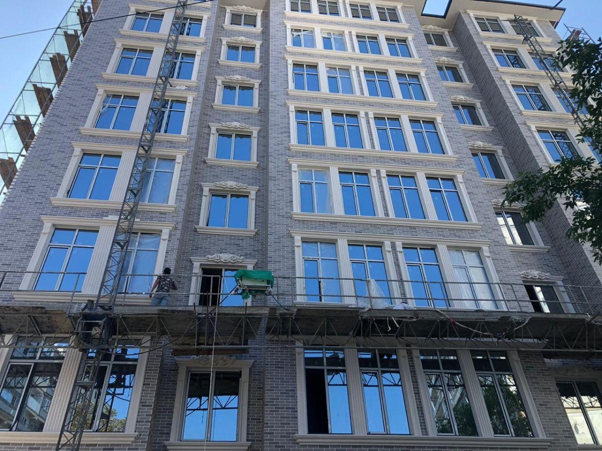 Фасад АМК на многоквартирном доме кирпич цвет МИКС 300