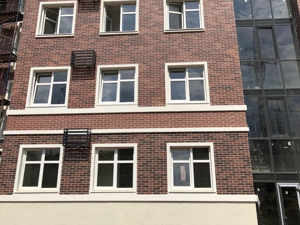 Фасад АМК на многоквартирном доме кирпич цвет МИКС 410