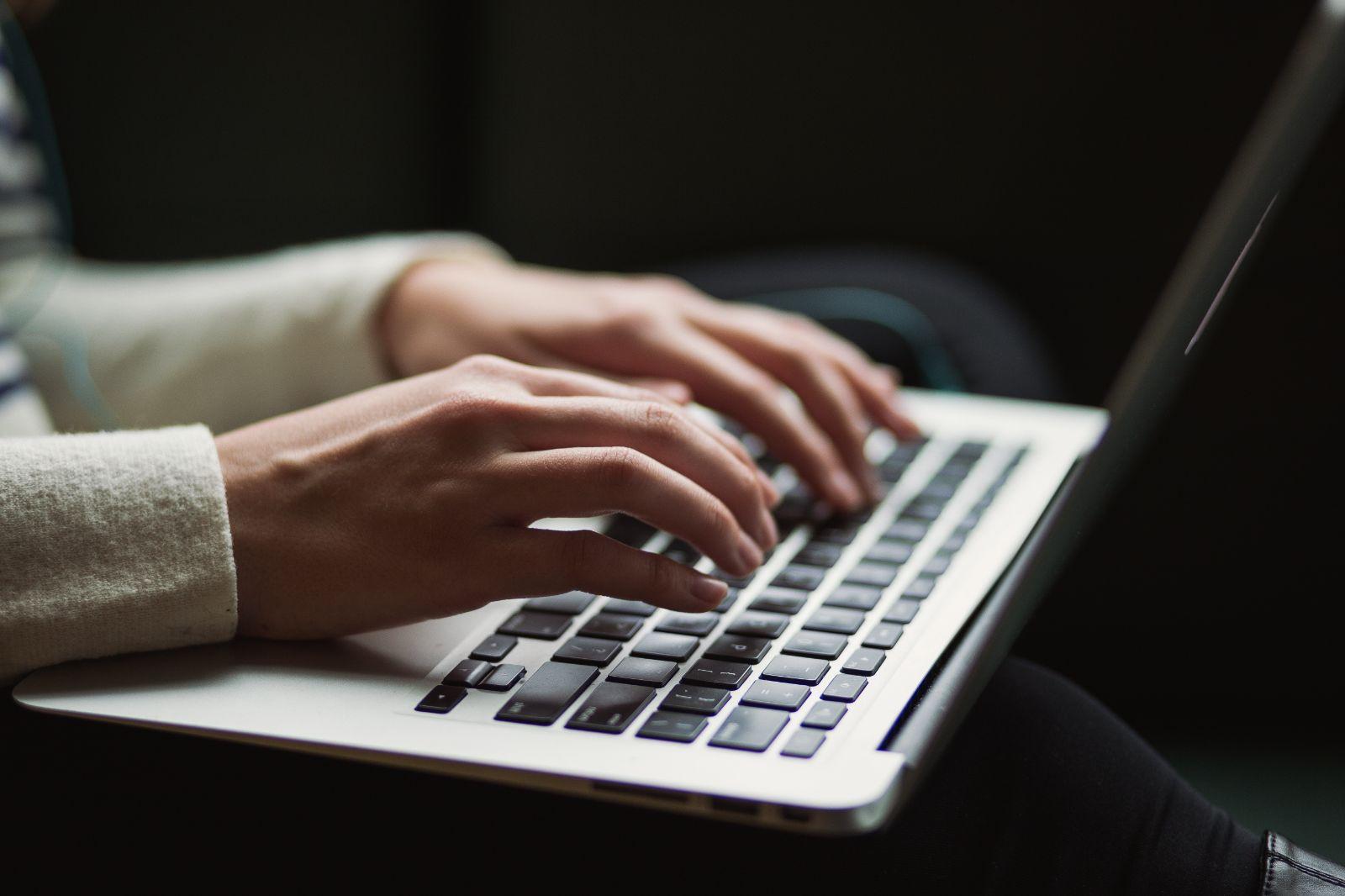 В рамках договорной работы проверяем и при необходимости разрабатываем договора аренды, хозяйственные договора, нотариальные и учредительные документы, необходимые Заказчику для совершения сделок. Возможна проверка договора в онлайн режиме, через Skype или Whatsapp.