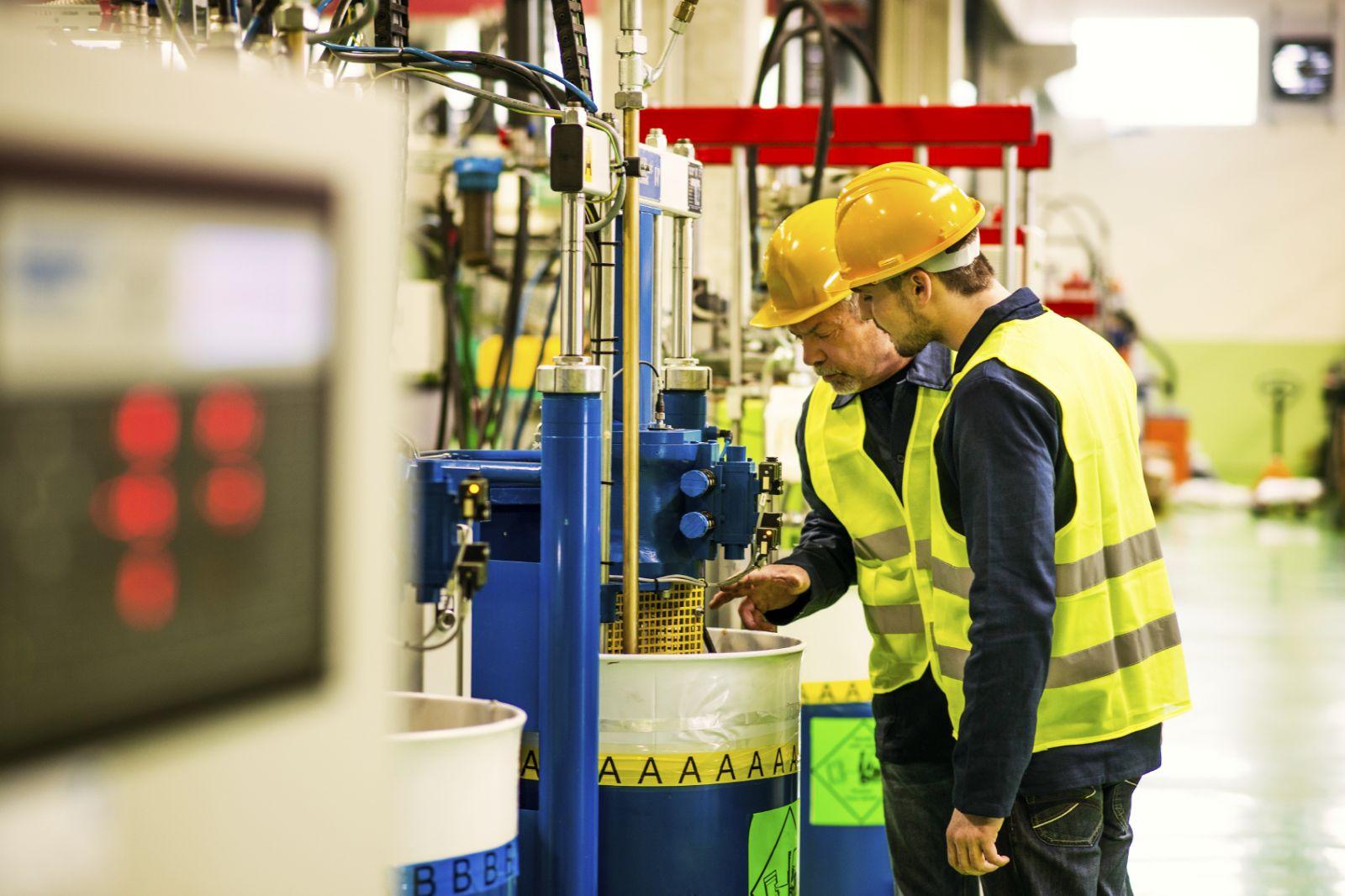 Эксперты независимой организации, проводящие спецоценку, определяют наличие на рабочем месте потенциально вредных или опасных производственных факторов:  физических (шум, электромагнитные поля, ультразвук, излучение, вибрация, температура, освещенность); биологических (бактерии, споры микроорганизмы); химических (вещества в воздухе рабочей зоны и оседающие на коже работников); сенсорная (нервная) напряженность трудового процесса; функциональная физическая нагрузка на организм и др. Если такие факторы выявлены, то измеряются их фактические значения, по результатам чего устанавливаются классы условий труда (оптимальный, допустимый, вредный и опасный) и их подклассы. Размер дополнительных страховых взносов в ПФР составит от 0% для оптимального класса и до 8% - для опасного.  По результатам проведенной спецоценки эксперты готовят отчет, который должна утвердить комиссия работодателя. С отчетом нужно в 30-дневный срок ознакомить под роспись работников, а если у работодателя есть официальный сайт, то нужно еще и опубликовать его на сайте для свободного ознакомления. Экспертная организация передает отчет в инспекцию труда. Если по результатам спецоценки не было выявлено вредных или опасных производственных факторов, то такие рабочие места признаются безопасными, и по ним работодатель тоже в 30-дневный срок подает декларацию соответствия условий труда нормативным требованиям (независимо от того отчета, который сдают эксперты).  Декларация сдается по форме и в порядке, утвержденном приказом Минтруда от 7 февраля 2014 года № 80н. Действительна она пять лет, но если в течение этого срока на рабочем месте, признанном безопасным, произошел несчастный случай или у работника было выявлено профзаболевание, то надо будет провести внеплановую спецоценку.