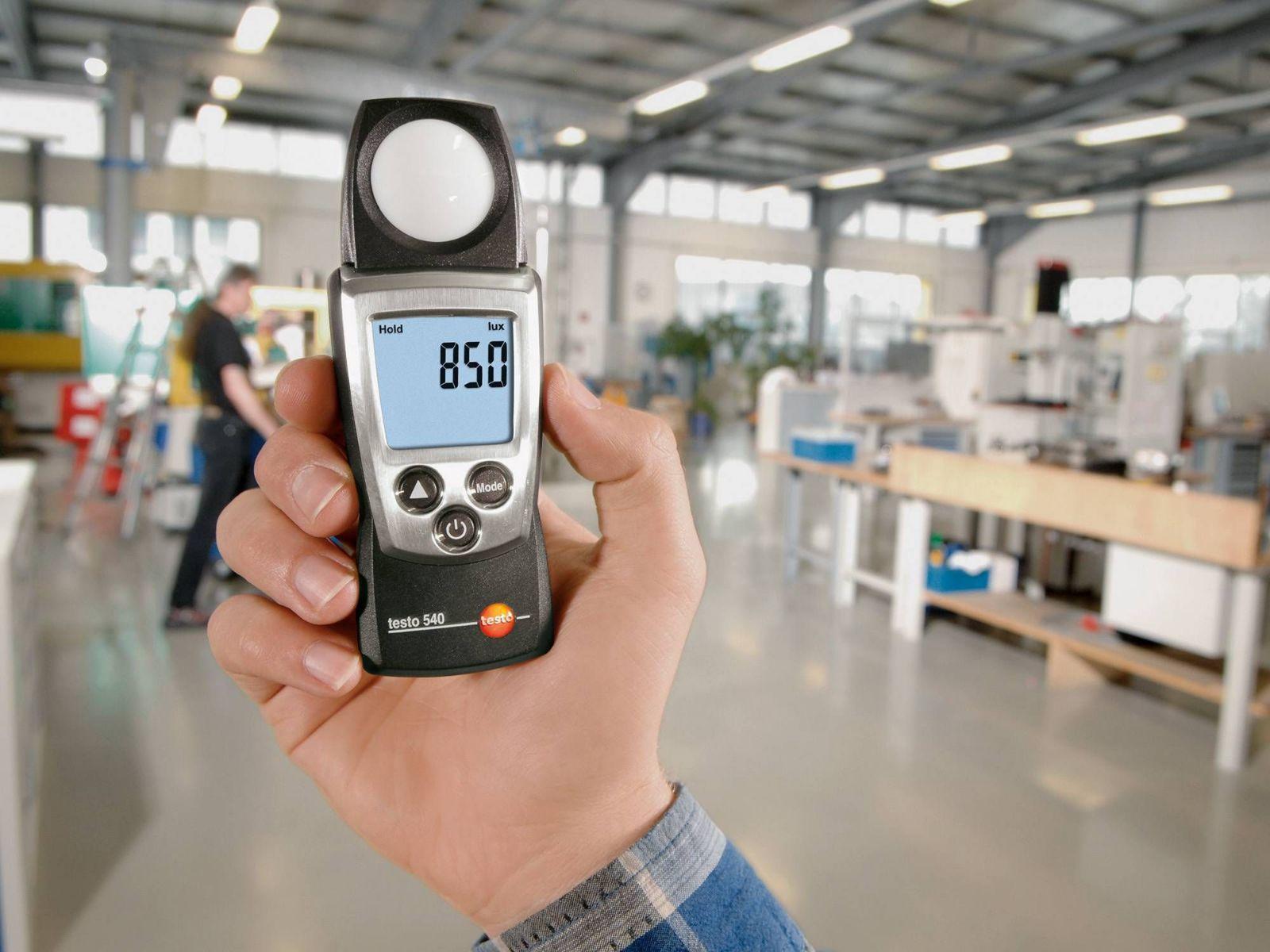 Эксперты независимой организации, проводящие спецоценку, определяют наличие на рабочем месте потенциально вредных или опасных производственных факторов:  физических (шум, электромагнитные поля, ультразвук, излучение, вибрация, температура, освещенность); биологических (бактерии, споры микроорганизмы); химических (вещества в воздухе рабочей зоны и оседающие на коже работников); сенсорная (нервная) напряженность трудового процесса; функциональная физическая нагрузка на организм и др. Если такие факторы выявлены, то измеряются их фактические значения, по результатам чего устанавливаются классы условий труда (оптимальный, допустимый, вредный и опасный) и их подклассы.